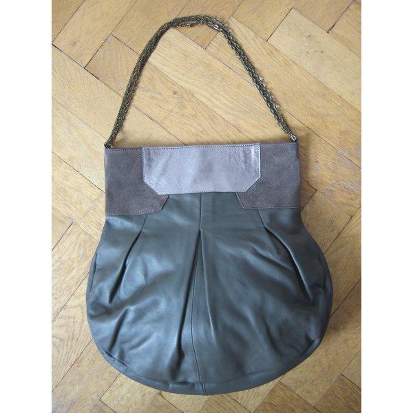 Handtasche mit Metallkettenträger und Metalliclook von URBAN OUTFITTERS