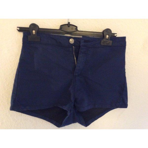 Hoch sitzende, enge Hotpants von pull&bear Größe 36