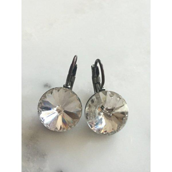 Klassische weisse Ohrringe