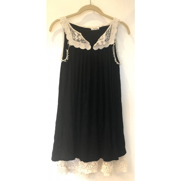 Kleid in schwarz mit weißer Spitze