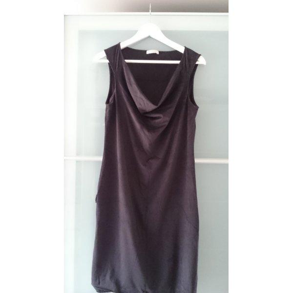 Kleid in Wildlederoptik mit weitem Ausschnitt
