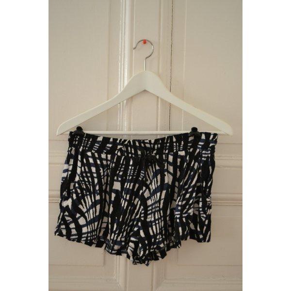 Kurze lässige Stoff Shorts gemustert von H&M