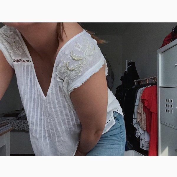 Leichte Bluse mit Schulterverzierung