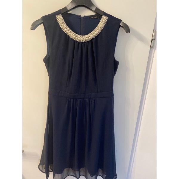 Leichtes Sommerkleid mit Perlenkragen
