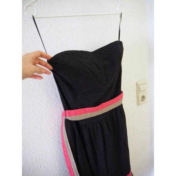 Modernes schulterfreies, schwarzes Kleid mit Volants und Bindegürtel