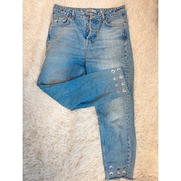 Mom Jeans mit Riemen Details