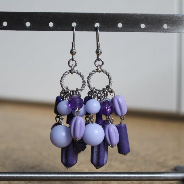 Ohrhänger mit violettfarbenen Perlen
