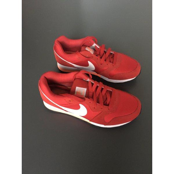 Roter Sneaker von Nike