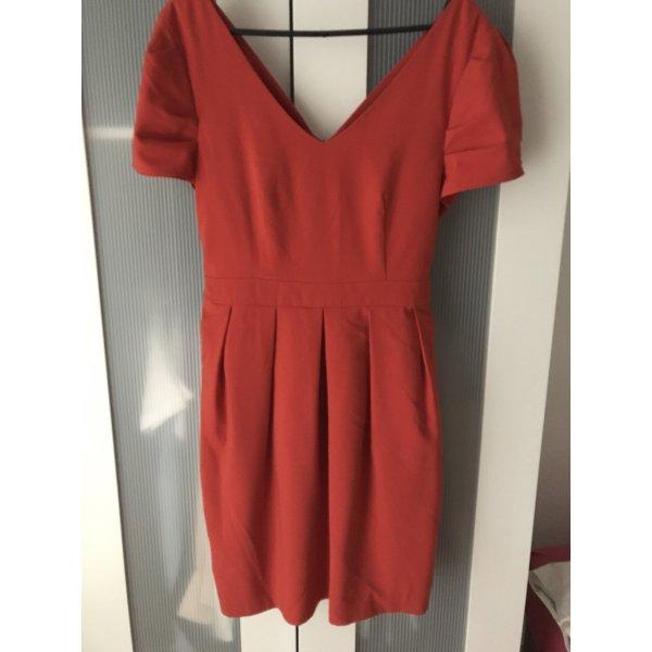 Rotes Kleid mit Schleife
