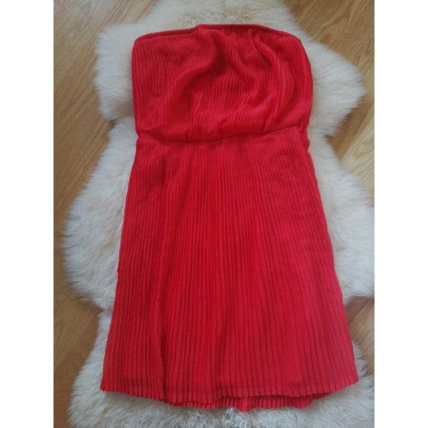 rotes Kleid schulterfrei