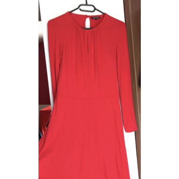 Rotes langärmliges Kleid