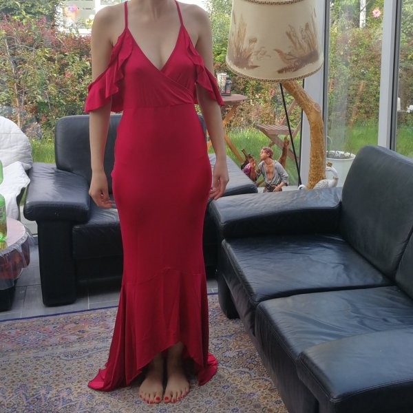 Rotes schulterfreies Kleid