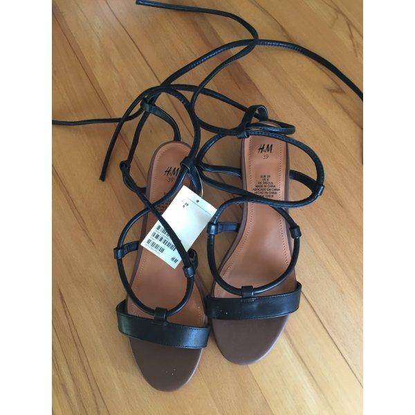 Sandalen mit Fesselriemchen