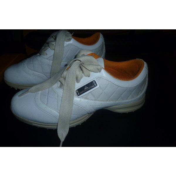 schicke, weiße Golfschuhe