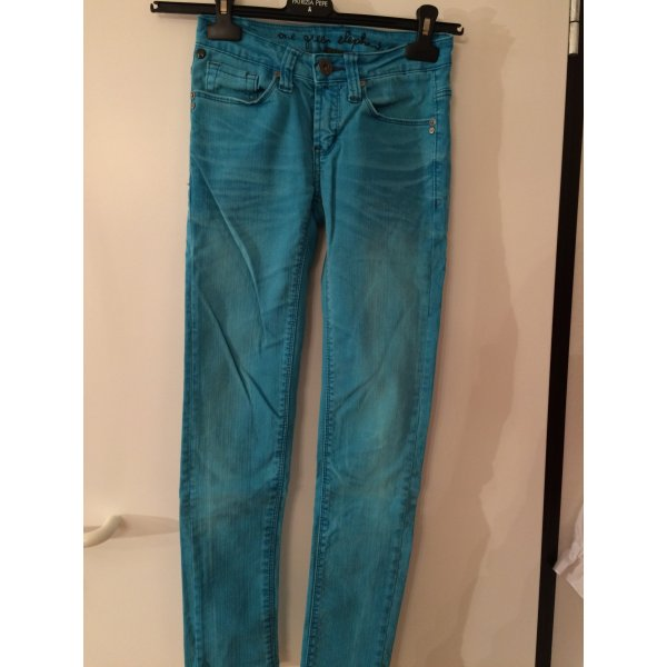 schmale, türkise Jeans