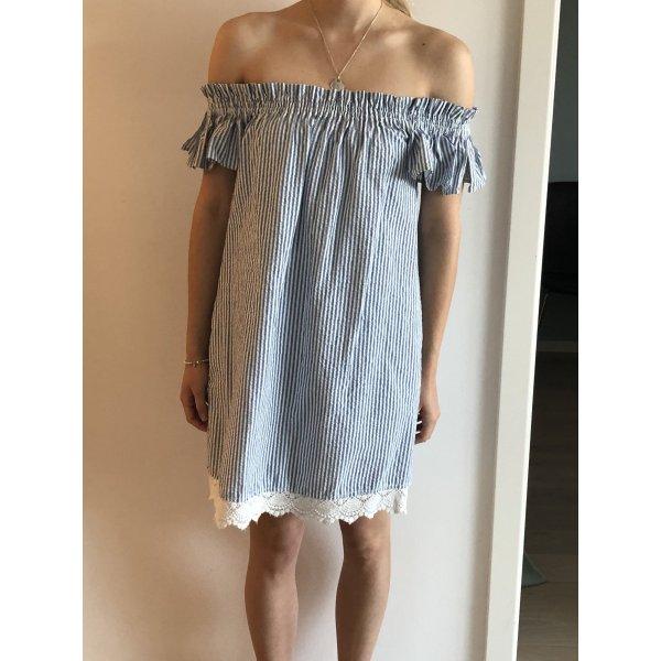 Schönes gestreiftes Sommerkleid