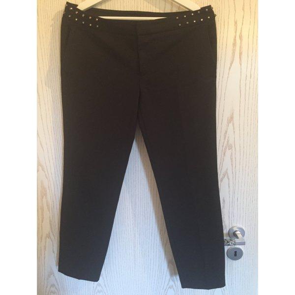 Schwarze Hose mit Nieten