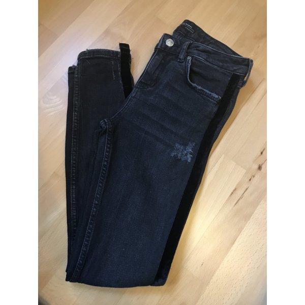 Schwarze Jeans mit Samtstreifen