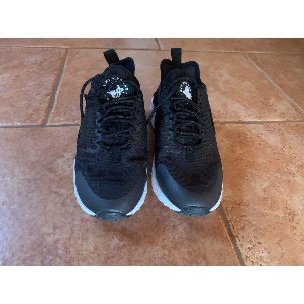 Schwarze Nike Huarache
