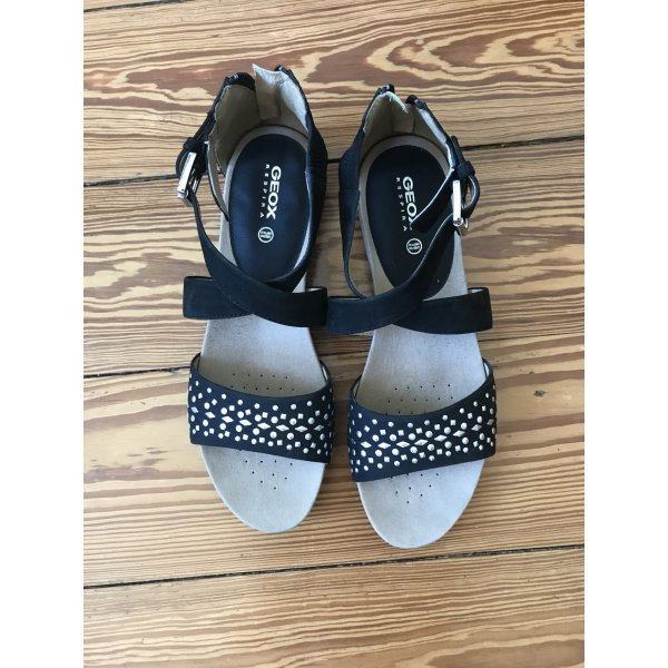 Schwarze Sandalen mit silbernen Tupfen