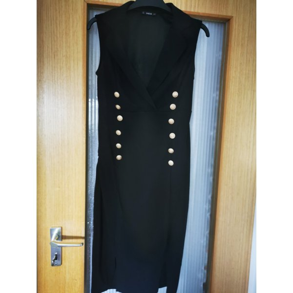 schwarzes Kleid mit goldenen Details