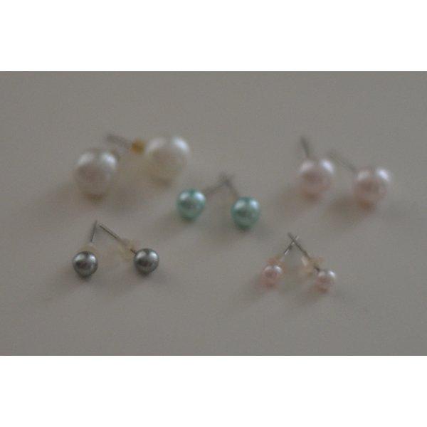 Set Fünf Paare Perlenohrringe verschiedene Größen und Farben