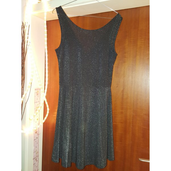 Süßes Kleid mit V-Rückenausschnitt