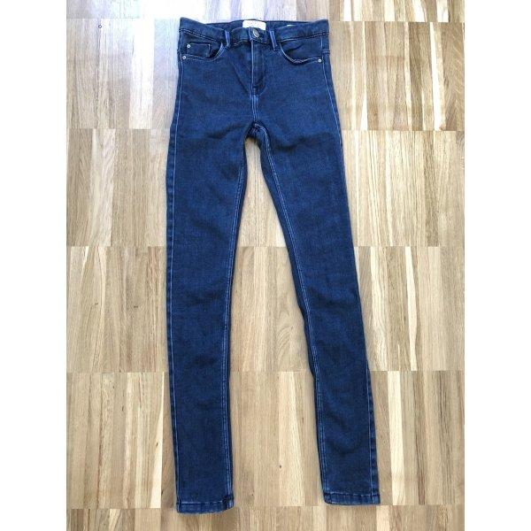 Super soft dunkelblaue Jeanshose von ZARA