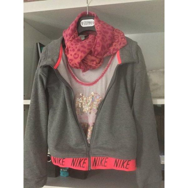 Sweatjacke mit Kapuze, T-Shirt und pinki Schal