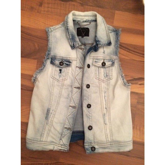 Trendige Jeans-Weste in Used-Optik