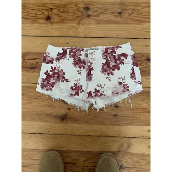Weiße jeansshorts mit Blumenmuster