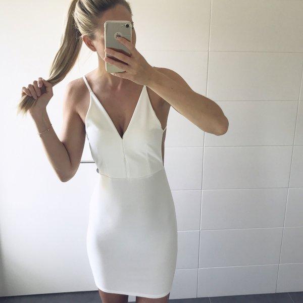 weißes Kleid mit Spaghettiträgern rückenfrei