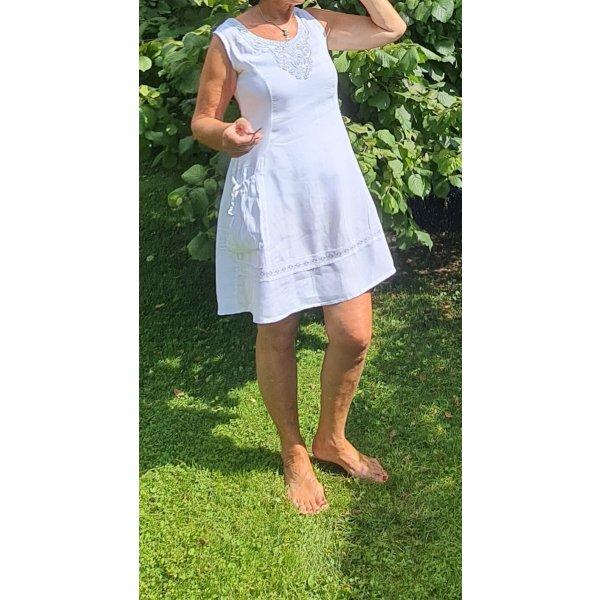 Weißes Leinenkleid, perfekt für den Sommer