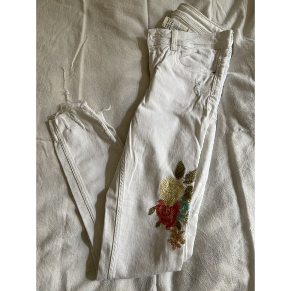 ZARA Jeans in Weiß mit Blumenstickerei