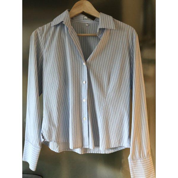 Zeitlose Bluse von Daniels & Korff, Gr. 38, Hellblau mit weißen Nadelstreifen, wenig getragen